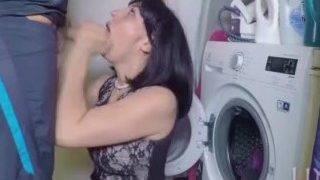 Megkúrja az anyját a mosógép mellett