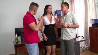 A szexi titkárnő és a két alkalmazott