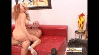 A vöröshajú maca a kopasz fickóval kefél