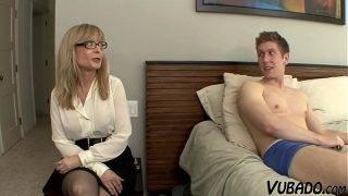 Az érett szemüveges asszony rajtakapja a fiát
